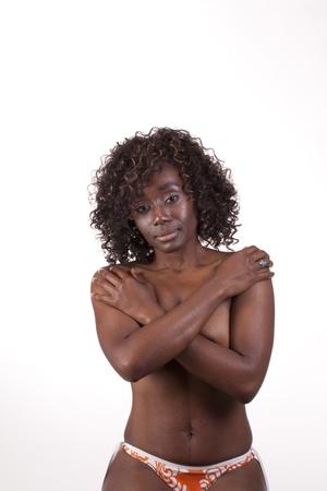senos desnudos: Mujer joven negro en la parte inferior de bikini y armas sobre los pechos desnudos