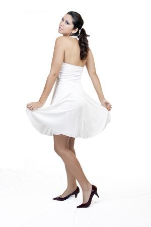 tacones rojos: Joven permanente en vestido blanco y rojos talones Foto de archivo