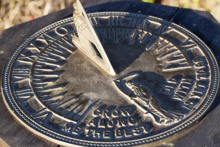 reloj de sol: Disparo ajustado del reloj de sol en la sombra la luz del sol de Casting Foto de archivo