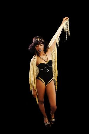 turnanzug: Attraktive schwarze Frau, die Gymnastikanzug Und Schal