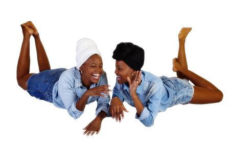sciarpe: Due donne africane americane Ridere Shorts Camicie velo