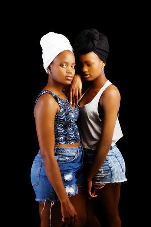 bufandas: Dos mujeres de pie Negro Pantalones cortos Tops pa�uelos en la cabeza