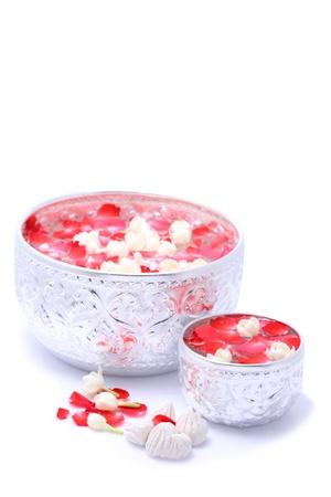 traditional festivals: Agua con jusmine y rosas corolla en un taz�n grande y peque�a y tiza suave preparado para el festival de Songkran, Tailandia