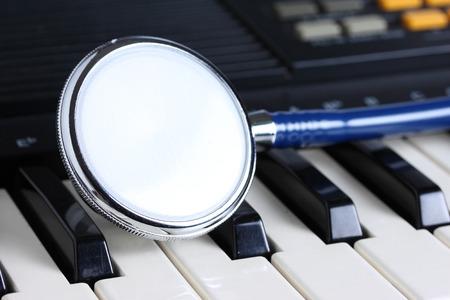 music therapy: Estetoscopio en el teclado, la musicoterapia