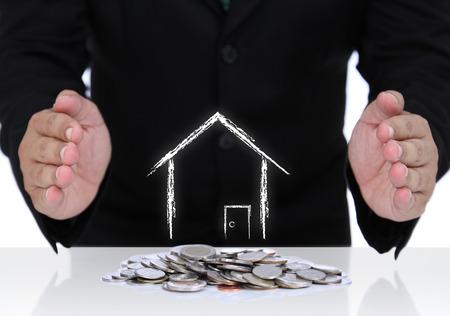 protecting your business: Seguro de la casa con el empresario mano y monedas