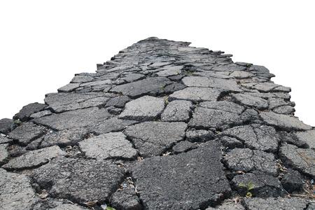 carretera: camino asfaltado con grietas, aislado en fondo blanco. Foto de archivo