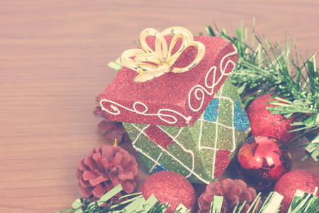 Christmas gift box & red christmas ball Standard-Bild