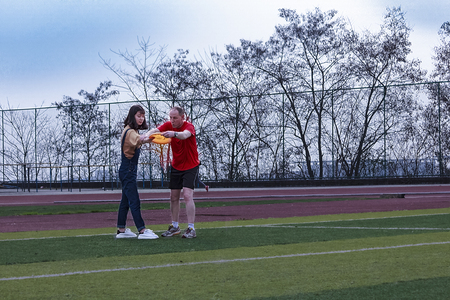 Foreign teachers are female students playing frisbee