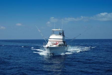 Bateau de pêche de sport prêt pour la pêche de jeu