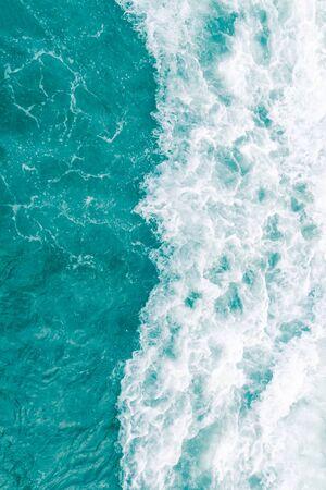 Türkis-olivgrüne Ozeanwelle während der Sommerflut, abstrakter Meeresnaturhintergrund