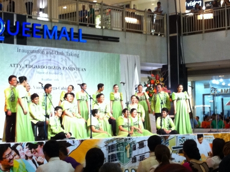 feestelijke opening: De auf concert koor zingen voor de burgemeesters inauguratie.