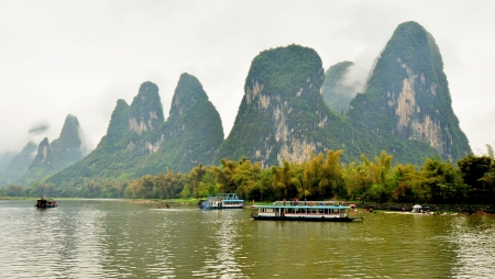 Majestic Sight of Limestone Rock Formations, Li River Cruise on a Foggy and Misty Day - Guilin, China Banco de Imagens