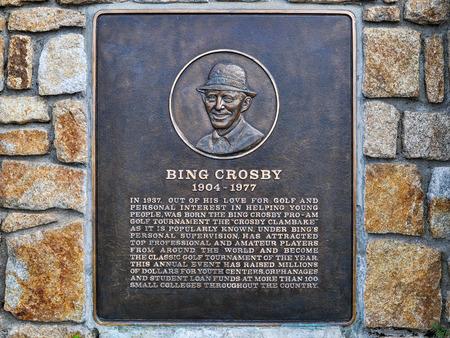 placa bacteriana: Pebble Beach, CA - 5 de de diciembre, 2015: Bing Crosby placa. Bing Crosby fue una cantante, actor y ávido jugador de golf. Su cálida voz de barítono bajo de él uno de los mejores cantantes de venta del siglo 20 hizo. Editorial