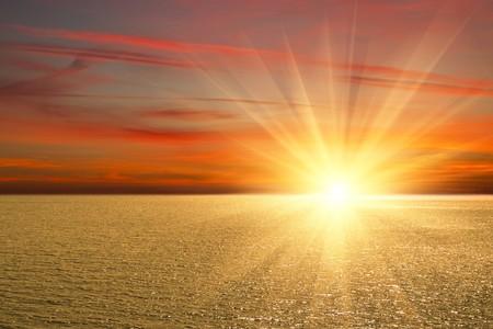 horizonte: Puesta de sol en la costa del mar