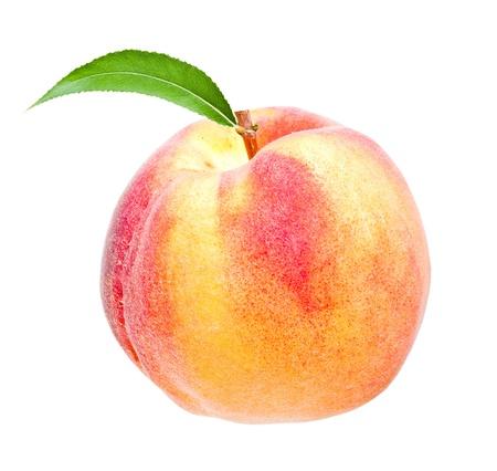 reifer Pfirsich Früchte mit grünen Blättern isoliert auf weißem Hintergrund