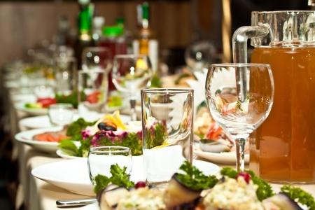 Gläser und Teller auf Tisch im Restaurant - Essen Hintergrund