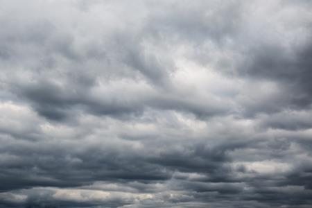 Dunkle Wolken vor einem Gewitter Standard-Bild - 27299381