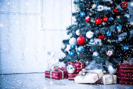 Sala de estar de la Navidad con las estrellas y la nieve. Tonos azules Foto de archivo - 34602039