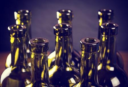 bouteille de vin: Gros plan de bouteilles de vin vides