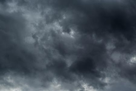 Donkere wolken voor een thunder-storm