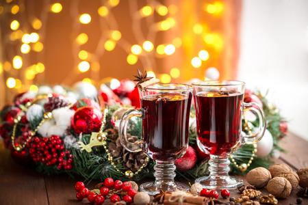 is hot: Navidad caliente vino caliente con especias en una mesa de madera. La idea para la creaci�n de tarjetas de felicitaci�n Foto de archivo