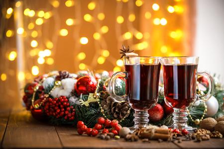 vin chaud: Chaud de No�l vin chaud aux �pices sur une table en bois. L'id�e de cr�er des cartes de voeux