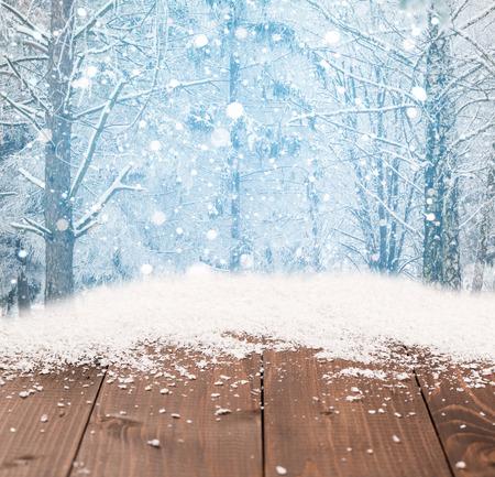 montañas nevadas: Navidad de fondo de invierno hermosa con el escritorio de madera