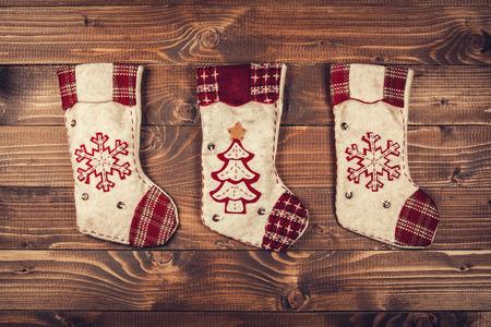 calcetines: calcetines de Navidad en un fondo de madera Foto de archivo