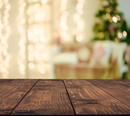 wood table: fondo de vacaciones de Navidad con la mesa rústica vacía