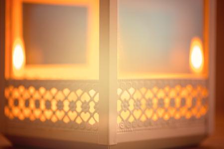美丽的与发光的灯笼的被弄脏的背景。