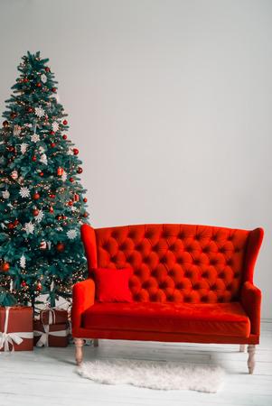 Schöner Hintergrund Leben des neuen Jahres Raum mit geschmückten Weihnachtsbaum, Couch und Geschenke. Die Idee für Postkarten. Weicher Fokus. Shallow DOF
