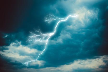 暗い曇り空に落雷