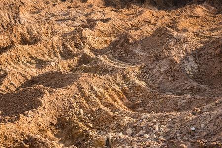 Klei en zand in de steengroeve. Prachtige ongewone achtergrond die vergelijkbaar is met het oppervlak van de planeet Mars of de maan Stockfoto