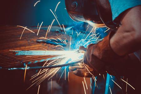Schweißarbeiten Montage von technischem Stahl Stahlblech Schweißer in der Fabrik. Handwerker.