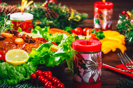 carnes: Christmas table dinner time with roasted meats, candles and New Year décor. Background thanksgiving. The concept of a family holiday, Beautiful delicious food