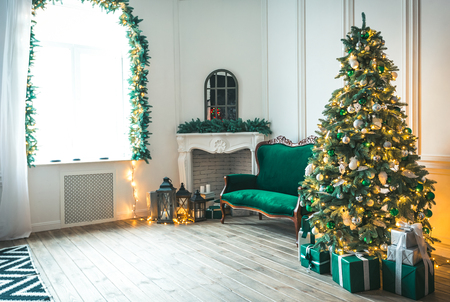 Świąteczny salon z kominkiem, sofą, choinką i prezentami. Piękny nowy rok urządzone klasyczne wnętrze domu. Zima w tle