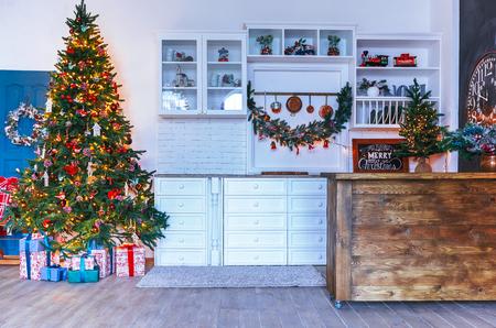 Weihnachtswohnzimmer mit einem Weihnachtsbaum, Geschenke. Esszimmer. Schönes neues Jahr verzierte klassischen Hauptinnenraum. Winter Hintergrund Standard-Bild
