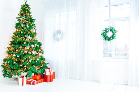 Świąteczny salon z choinką, prezentami i dużym oknem. Piękny nowy rok urządzone klasyczne wnętrze domu