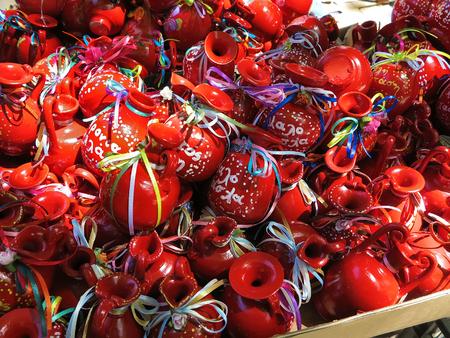Ollas de barro rojo con cintas de colores para la Pascua en Corfú, Grecia