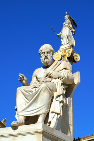 Statue of Plato and Athena in front of the Athene University in Greece Archivio Fotografico - 117816075
