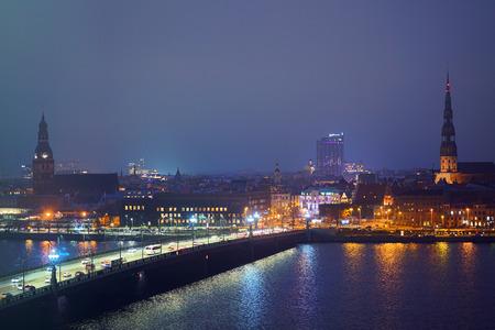 Vista de Riga, Letonia por la noche, como se ve desde la biblioteca nacional