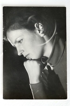 Old black and white photo of young woman in profile, looking down Standard-Bild - 121722053