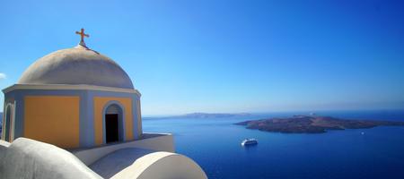 Panoramablick auf die Caldera mit Kreuzfahrtschiff in Santorini, Griechenland Standard-Bild