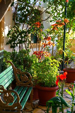 Muy hermoso rincón del jardín interior del monasterio de la Virgen María en Paleokastritsa, Corfú, Grecia