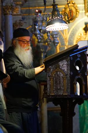 Corfú, Grecia, 18 de octubre de 2018, misa vespertina celebrada por los monjes en el monasterio de la Virgen María en Paleokastritsa