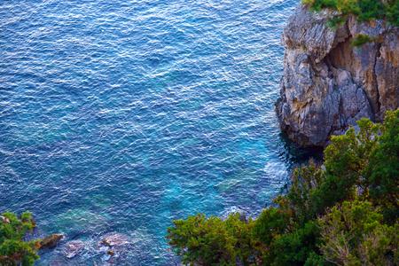 Colorida vista al mar como se ve desde el monasterio de la Virgen María en Paleokastritsa