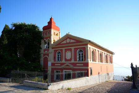 Pintoresca iglesia ortodoxa en la ciudad de Corfú, que se encuentra junto a la plaza Spianada Foto de archivo