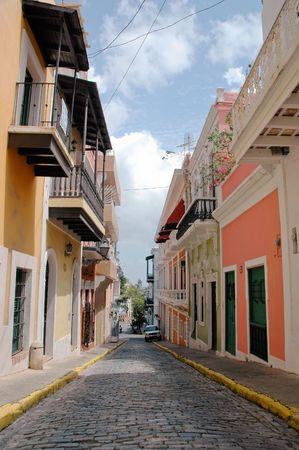 Calle pavimentada de ladrillos en el centro del Viejo San Juan, Puerto Rico  Foto de archivo