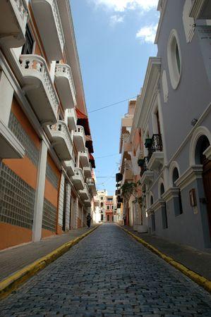 Calle pavimentada de ladrillo en el centro del Viejo San Juan, Puerto Rico