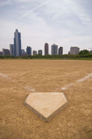 Un campo de softbol, cerca del centro de